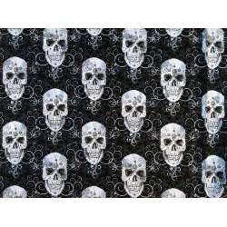 "Tela negra con calaveras plateadas grandes. ""Flourish Skull Metallicy"" de Timeless Treasures Fabrics of SoHo."